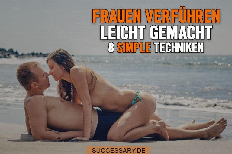 Auf diesem Bild sieht man eine Frau am Strand die auf ihrem Mann sitzt und ihn küsst. Offensichtlich hat er Frauen verführen gelernt.