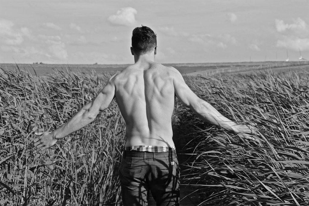 Auf diesem Bild sieht man den trainierten Rücken von einem attraktiven Mann!