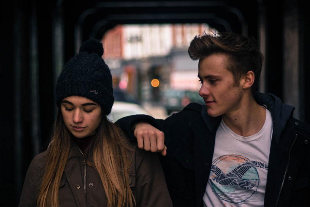 Auf diesem Bild sieht man einen Jungen der sich auf der Schulter eines Mädchen abstützt. Sie schaut ihn jedoch nicht an. Offensichtlich wurde er gefriendzoned.