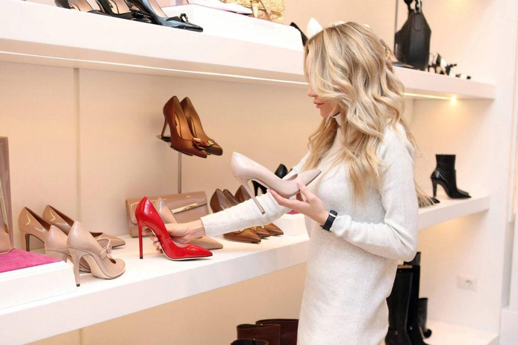 Auf diesem Bild sieht man eine Frau beim Shoppen. Es ist eine übliche Situation bei der man ein Mädchen kennenlernen möchte.