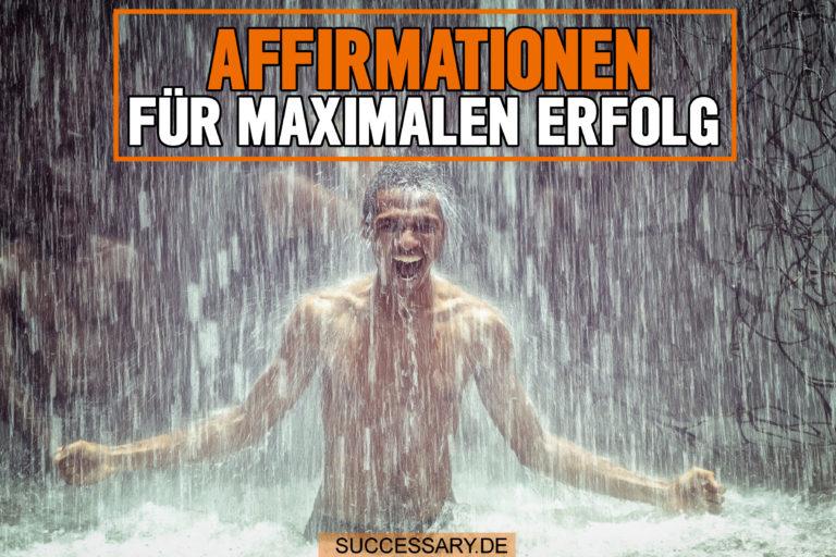 Der Mann auf diesem Bild steht unter einem Wasserfall und schreit laut seine Affirmationen auf.