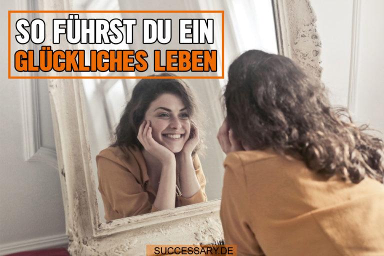 Die Frau auf diesem Bild lächelt in den Spiegel, weil sie gelernt hat wie sie ein glückliches Leben führen kann.