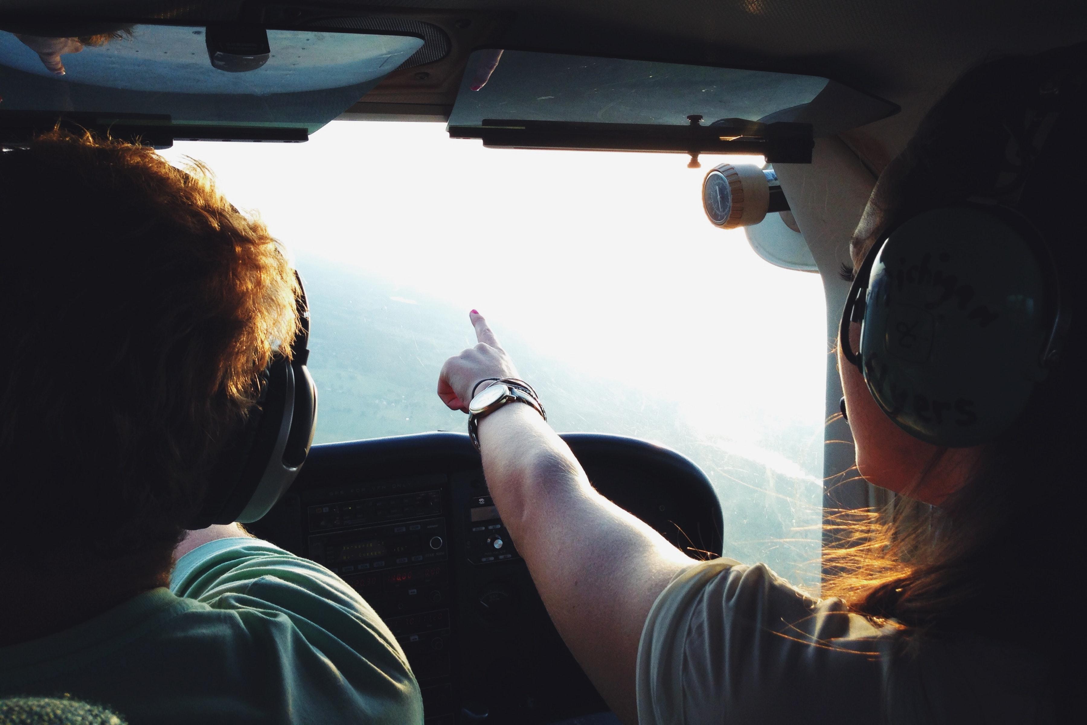 Männlicher Werden - Pilot gibt Anweisung