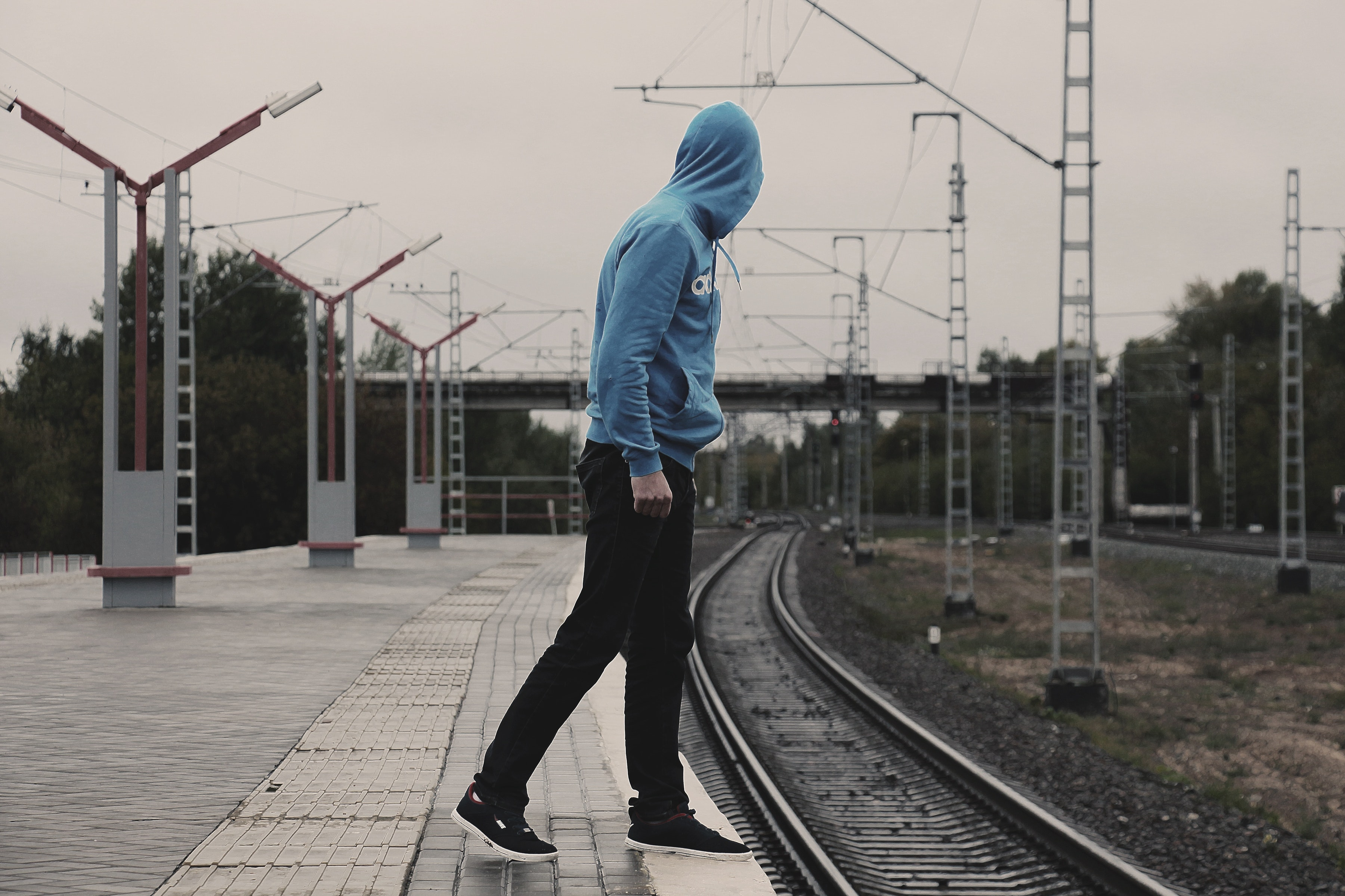 Soziale Phobie, junger Mensch wartet auf Zug