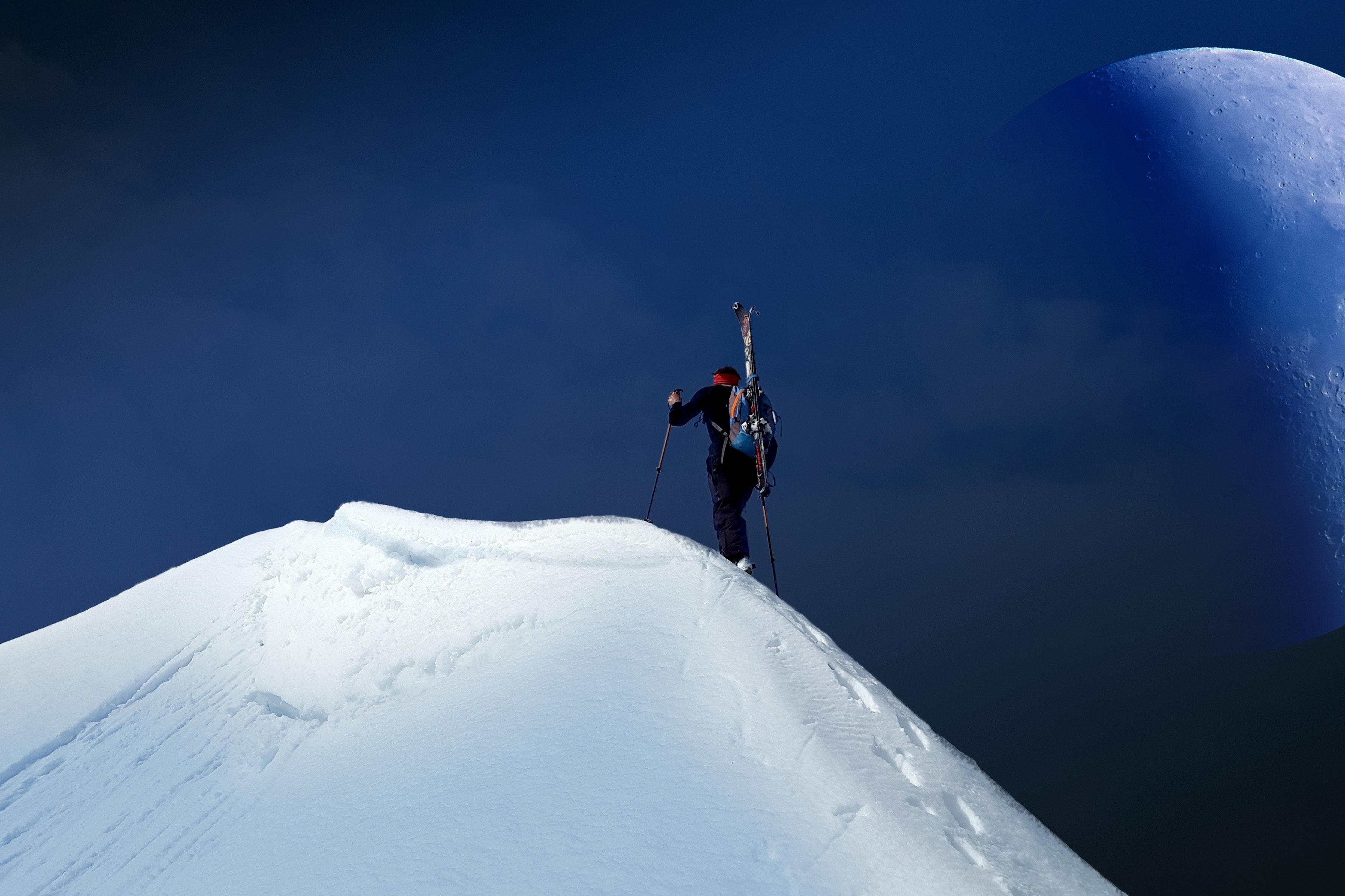 Soziale Phobie - Mensch steigt Berg hoch mit Schnee