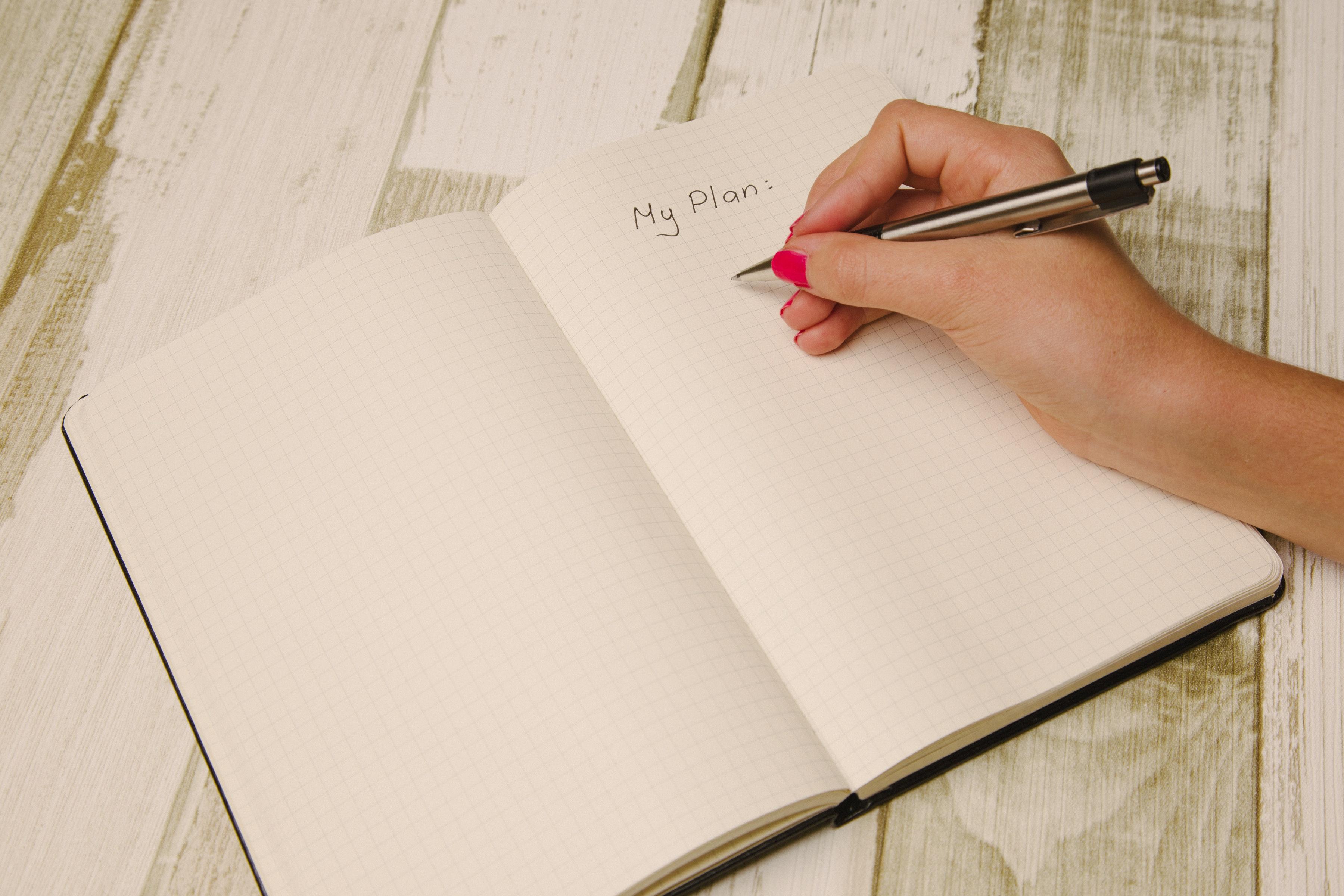 Papier und Stift mit Hand