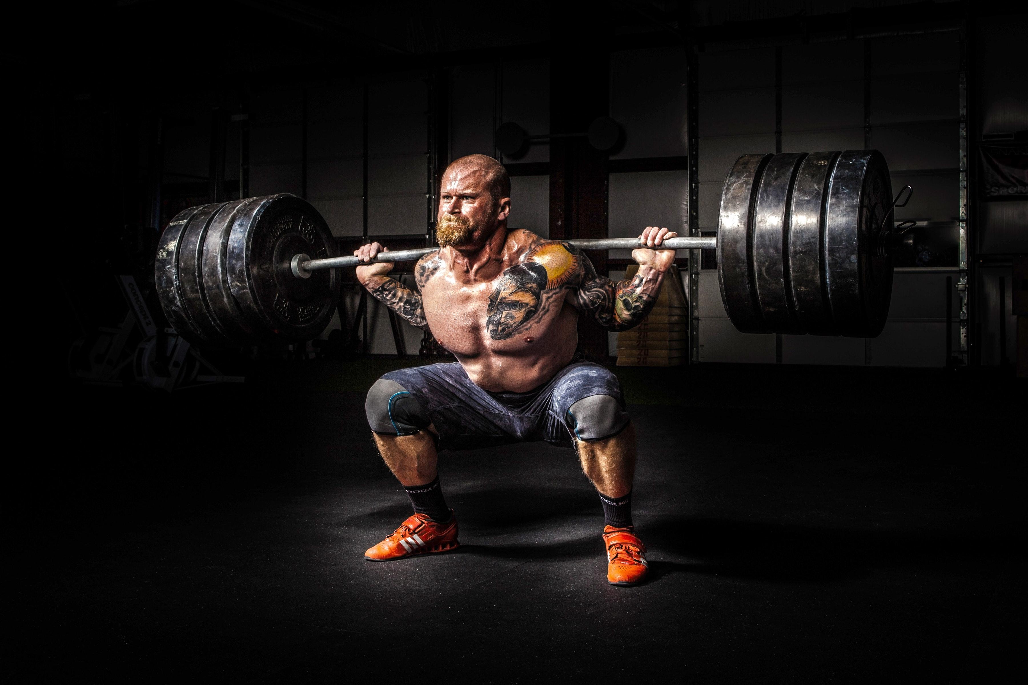 Mann trainiert Schwergewicht