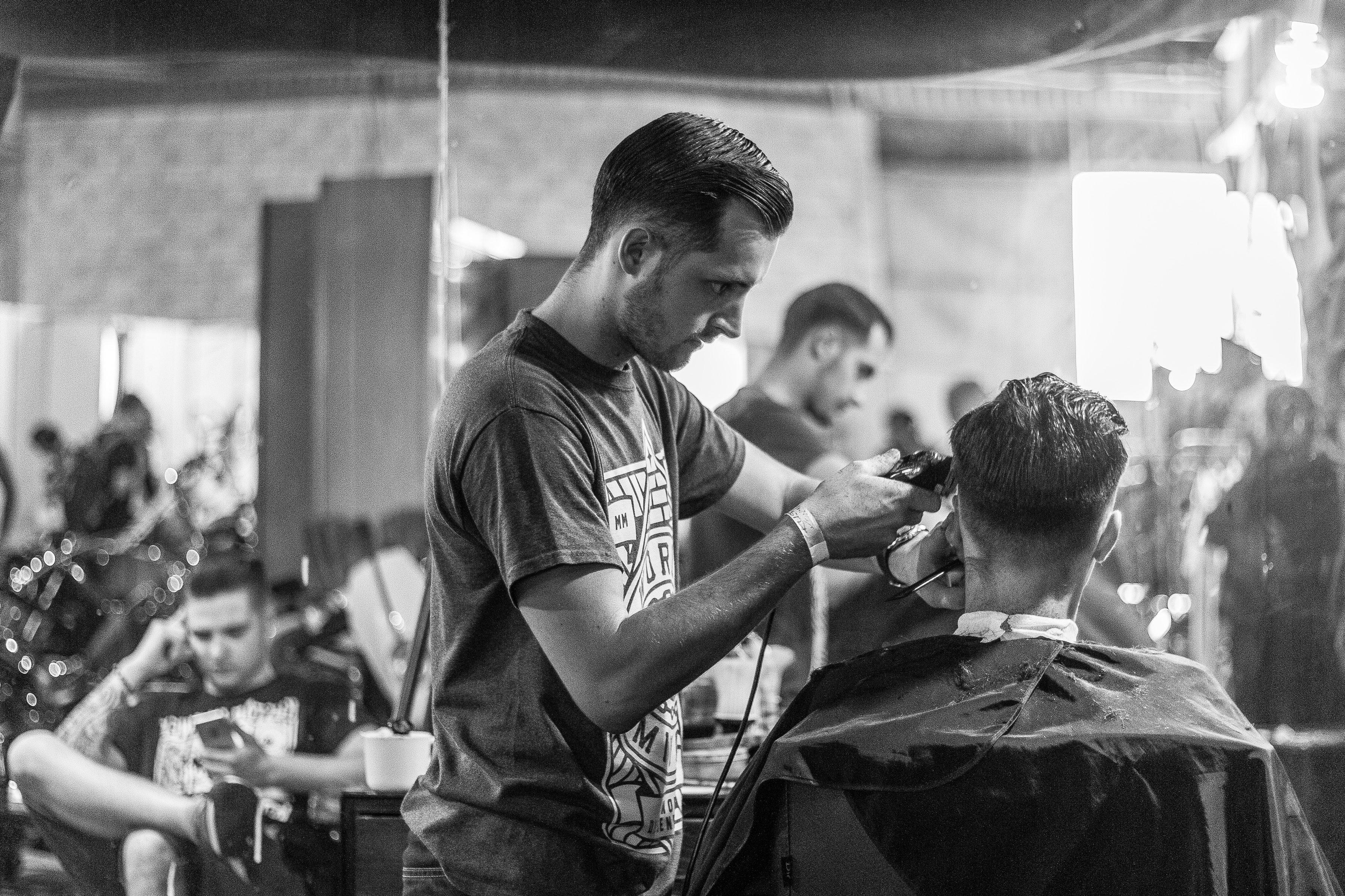 attraktiver werden Mann sitzt im Friseursalon