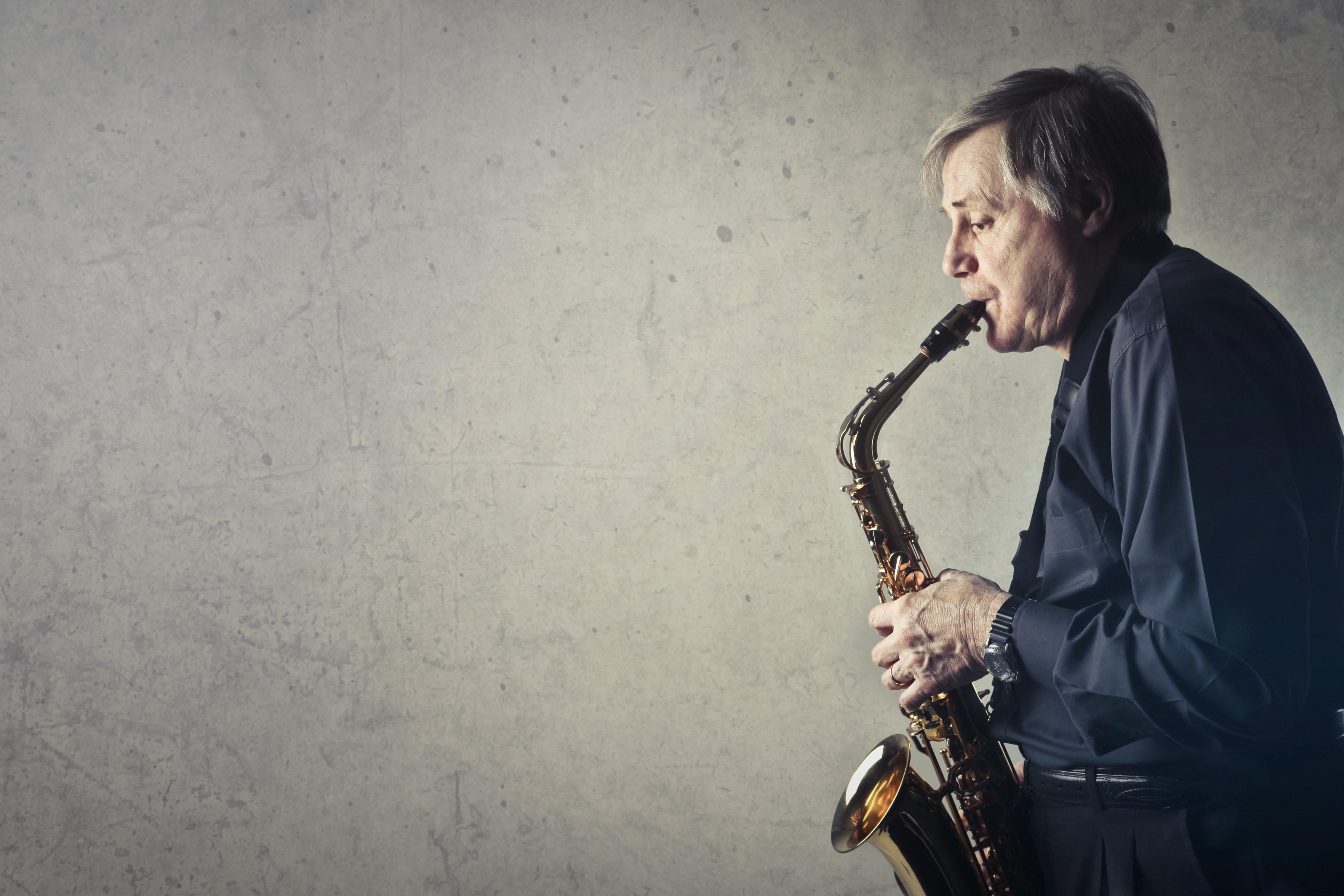 Attraktiver-Werden Mann spielt Saxophon