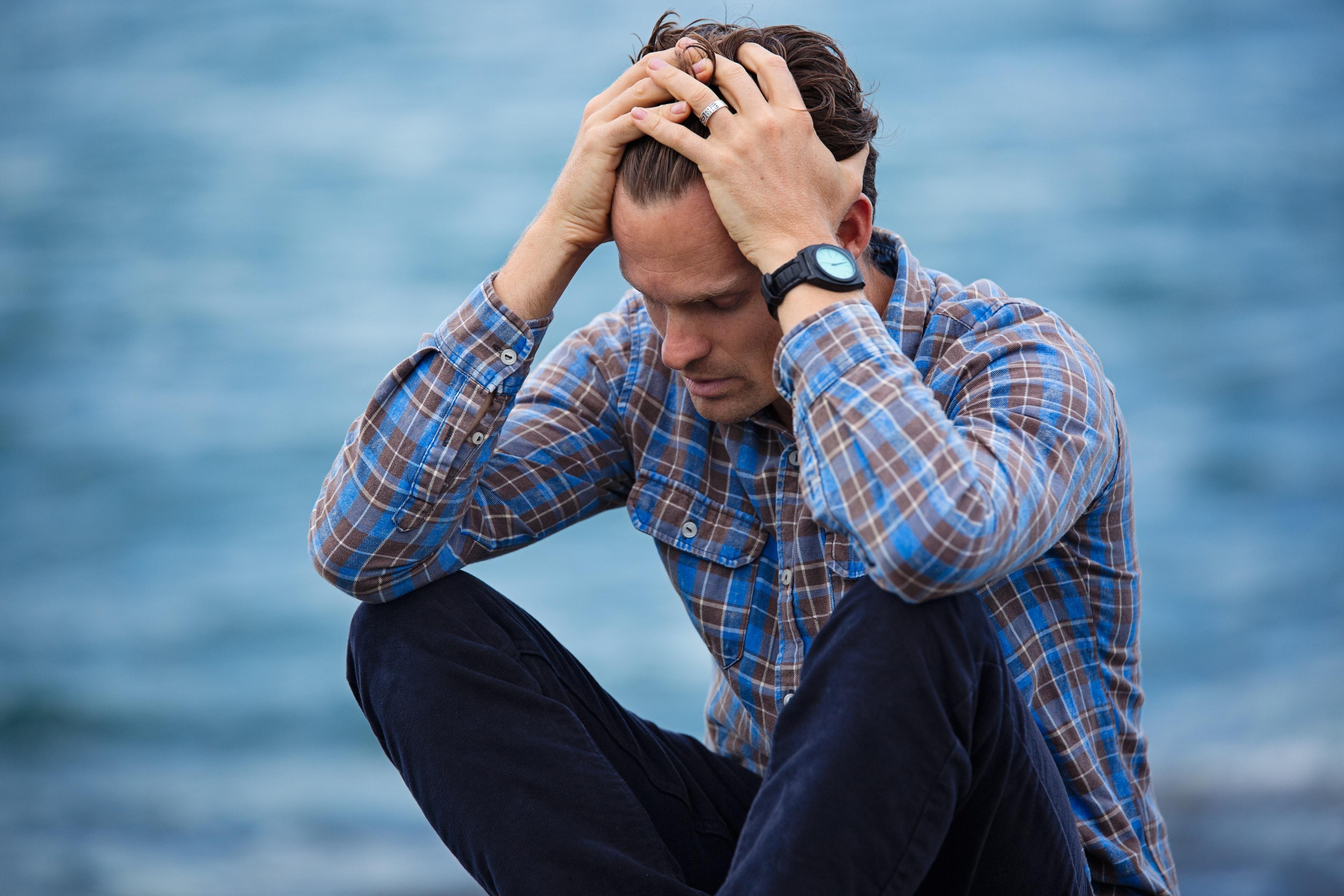 Depression bekämpfen - depressiver junger Mann